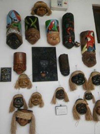 Hotel La Casona Iquitos: Decoración con máscaras.