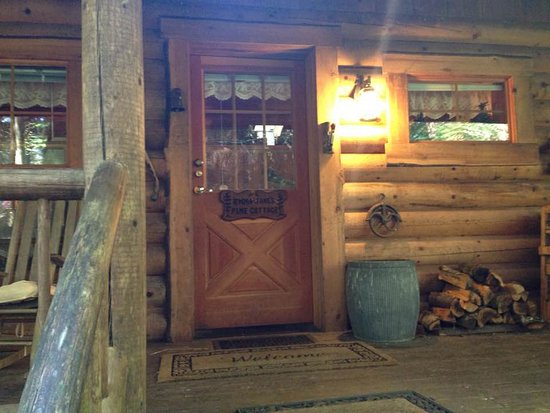 Guest House Log Cottages: Front porch