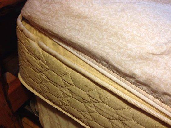 Greenbank, Вашингтон: Old mattress with non-fitting sheets
