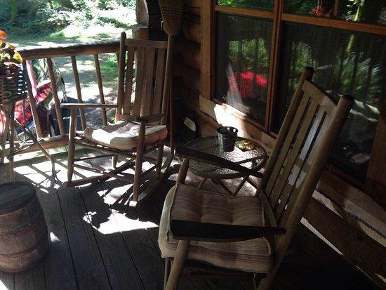 Greenbank, Вашингтон: Charming rocking chairs on the front porch