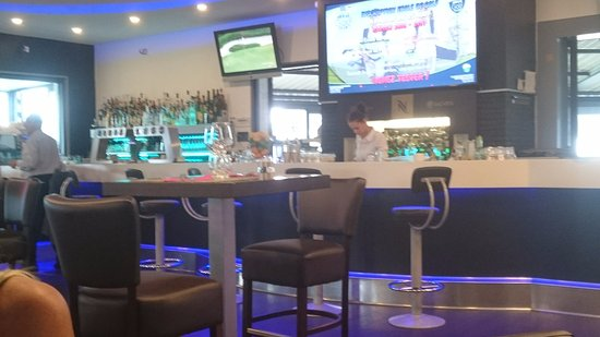 Anzin-Saint-Aubin, Francja: vue salle avec son bar
