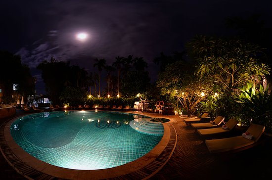 Hoi An Ancient House Resort & Spa: pool at night