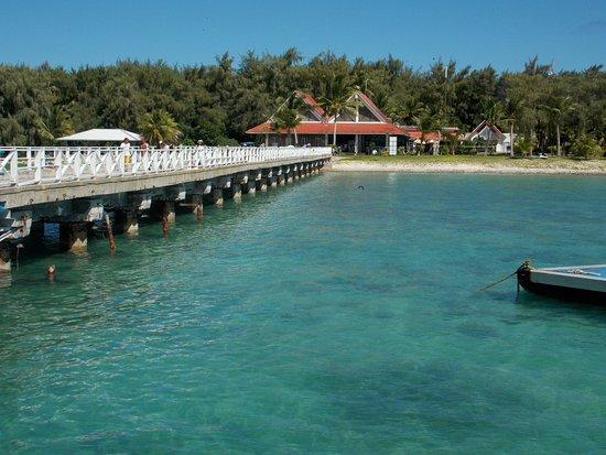 ココス アイランド リゾート , 渡し船の桟橋の端からのリゾート建物