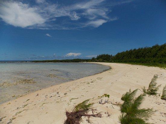 ココス アイランド リゾート , 島の北東・桟橋の反対側にある白砂の浜・密林の中の道を抜けてしばし歩くので誰もいませんでした。