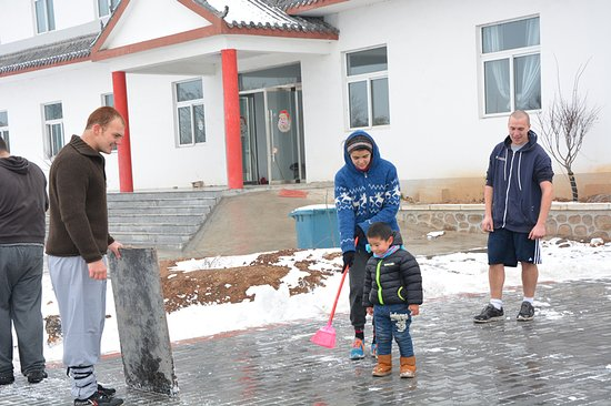 Xinyi, Kina: Cleaning the kungfu training ground after snow