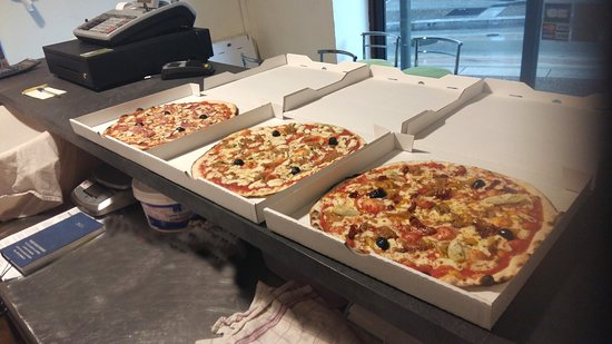 Thiviers, Francia: 3 pizzas à emporter