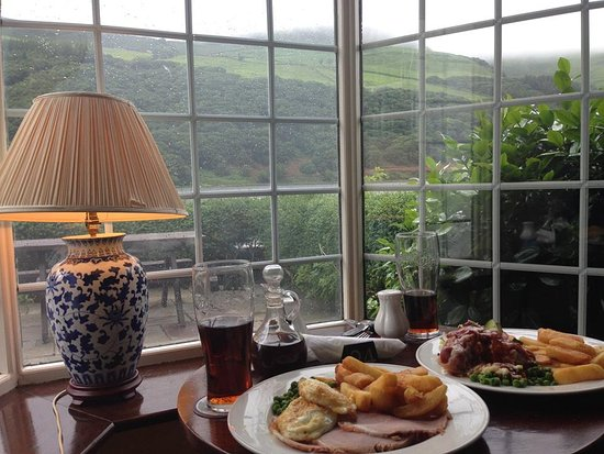 T'yn y Cornel Hotel: Beautiful meal overlooking the lake and hills