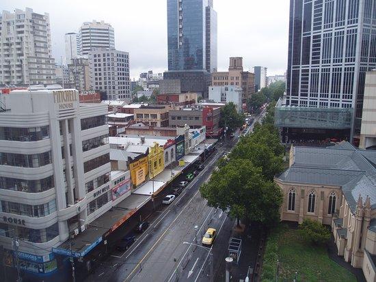 Somerset on Elizabeth, Melbourne: 窗外看到購物區