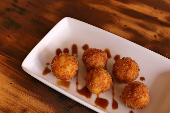 Bolitas de queso con miel de palma