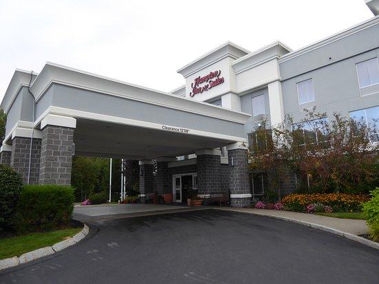 Hampton Inn & Suites Wells-Ogunquit: Entrance to hotel