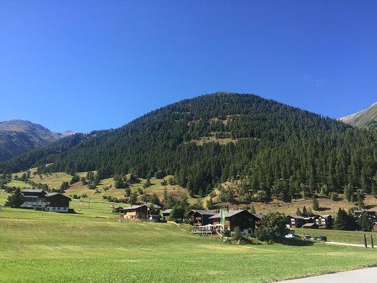 Munster, Sveits: Traumhaft gelegen! In kurzer Gehdistanz vom Bahnhof Geschinen. Kein Strassenlärm.