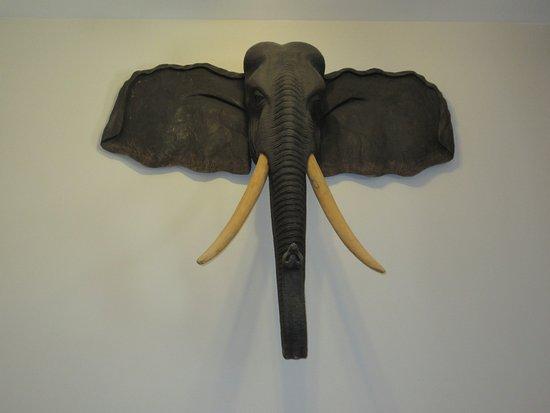 Chase, แคนาดา: Faux elephant decor