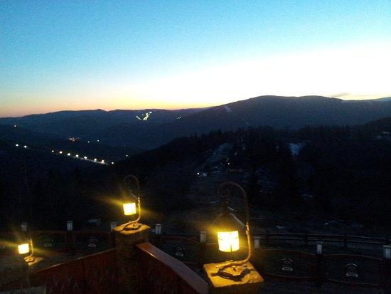Ustron, Pologne : widok z balustrady na okolicę po zachodzie słońca
