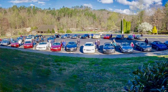 Fontana Dam, นอร์ทแคโรไลนา: View of our car group from The Grille's covered deck.