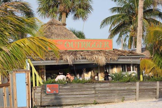 Outrigger Beach Resort: Tiki bar