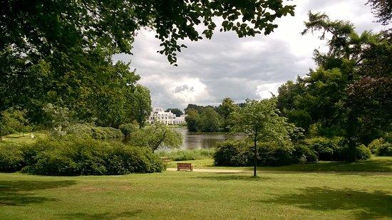 Tuin Paleis Soestdijk : Van achter uit de tuin een blik op de achterkant van het paleis