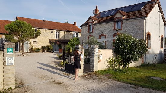 Saint-Nicolas-les-Citeaux, فرنسا: bâtiment des hôtes et bâtiment des voyageurs, sans oublier le parking intérieur