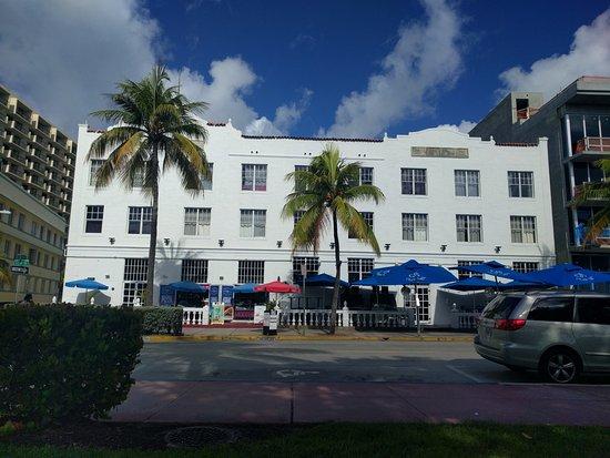 Beach Paradise Hotel: Frente del Hotel sobre Ocean Drive