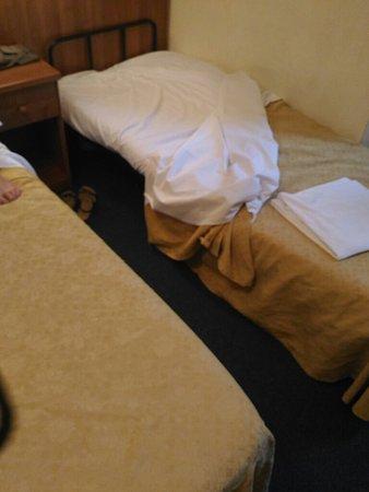 Hotel Trastevere: Quand vous réserver une chambre triple pour 3 adultes c'est En fait une chambre double + un lit