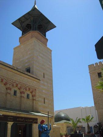 Musee des Religions: مدخل المتحف و منظر المئذنة من الخارج