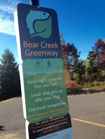 Holiday Inn Express Hotel & Suites Medford-Central Point : Bear Creek Greenway picks up directly behind the hotel! Excellent paved trail for walking/joggin
