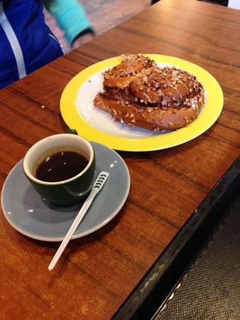 Kirchzarten, Duitsland: Cinnamon Roll con Caffe