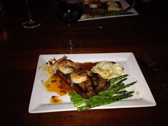 Βανκούβερ, Ουάσιγκτον: Dinner Special - Steak and Shrimp, already starting eating the shrimp :)
