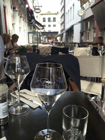 Heerlijk terras, midden in de Korte Putstraat. - Foto van In De ...