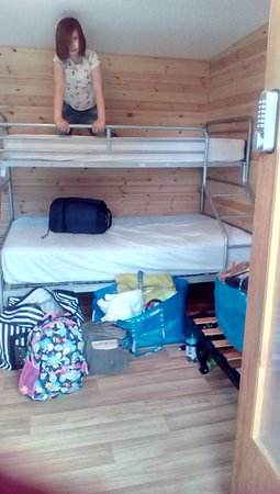 BCC Loch Ness Hostel: Double bunk with 9 yo child for scale!