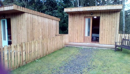 BCC Loch Ness Hostel: View of microlodge7 from front ( microlodge 6 to the left)