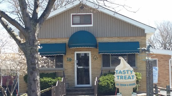 Westmont, IL: Tasty Treat is set in the front portion of a house right in the downtown district.