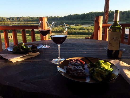 Evart, MI: Dinner outside after grilling
