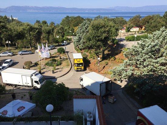 Hotel Beli Kamik: Pozor na pokoje v casti x01-x18 a s vyhledem na more. Budou vam pod okny    Neustale jezdit nakl