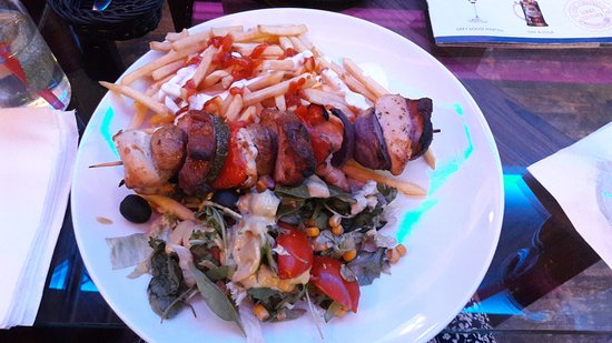 Greg & Tom Beer House Pub: Chicken Skewer served with chips and salad