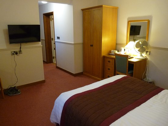 Little Silver Country Hotel: Wall-mounted LED TV and corridor with door to the en-suite bathroom
