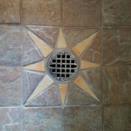 Su Nido Inn (Your Nest In Ojai): Shower drain detail.
