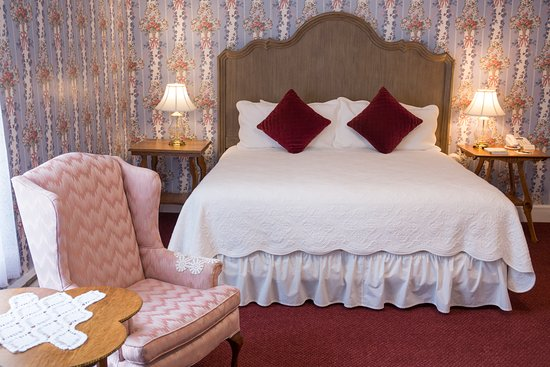 Brook Farm Inn: Victorian Room with fireplace and king bed