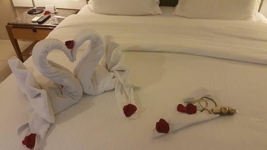 Quarto com decoração de noite de núpcias  Foto de Seara Praia Hotel, Fortale