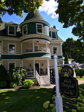 Nellie Littlefield Inn & Spa: View from the street, meticulous grounds, great porches
