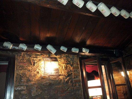 Foto Di Soffitti Con Travi In Legno : I boccali con le varie marche di birra appesi al soffitto in travi