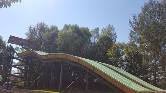 Les Avenieres, Francia: toboggan où on descend en canoë pneumatique