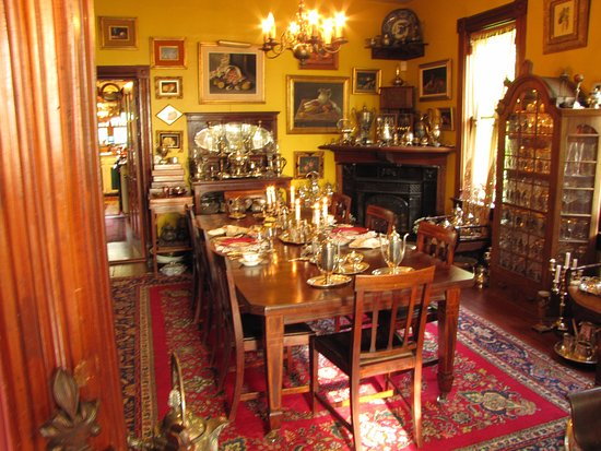 Compass Rose Bed and Breakfast: The breakfast table