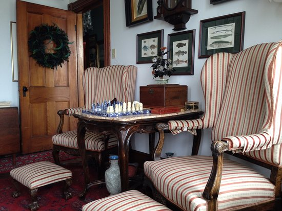 Compass Rose Bed and Breakfast: This is the upstairs parlor. Games, videos, conversation, or just a nap!