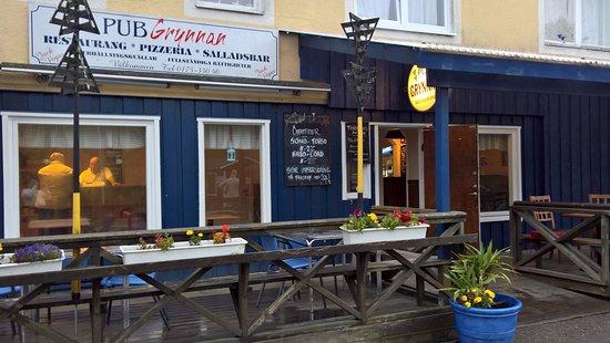 Grisslehamn, สวีเดน: Köket till vänster och bar samt bord tll höger