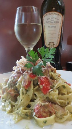 Covo : Pasta Primavera served with on of the best Italian white wine!