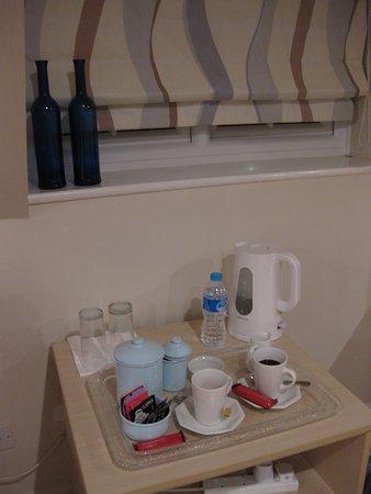 Orchard House B&B: Coffee & tea facilities in room