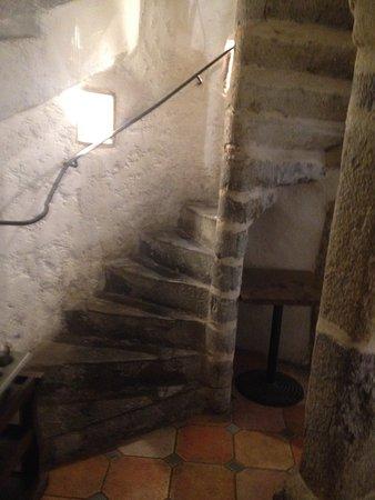 Descente d\'escalier sale - Photo de Les Chandelles, Lyon - TripAdvisor