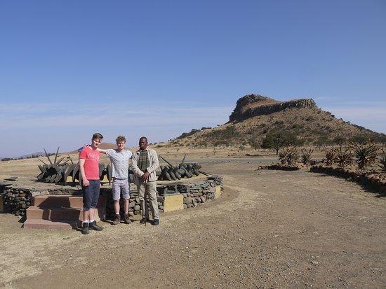 Isandlwana, Νότια Αφρική: Mr Ngobese with Paul and Matthew