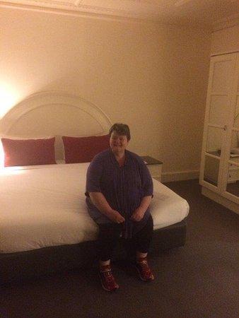 โรงแรมไวบ์ซาวอย: Christine on king bed