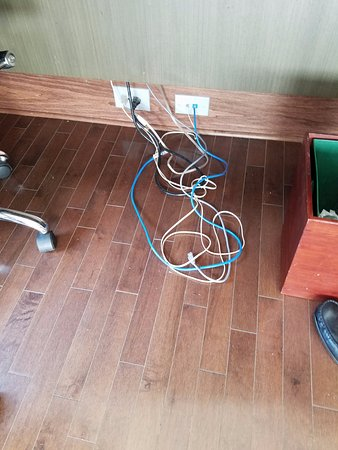 DoubleTree by Hilton The Tudor Arms Hotel: Odd tangle of cabling